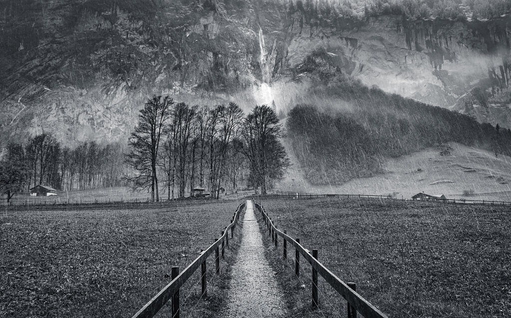 Path to the waterfall